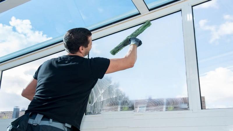چرا استفاده از واترجت برای شستشوی مستقیم شیشه مجاز نیست؟