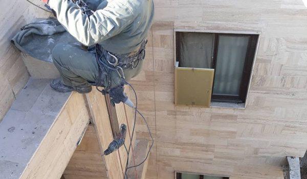 پیچ و رولپلاک سنگ نمای پاسیو نورگیر و حیاط خلوت با استفاده از طناب بدون داربست